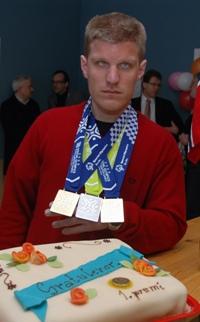 Ivar og medaljene og kake.jpg